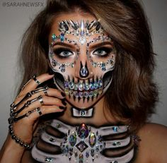 Looking for for ideas for your Halloween make-up? Browse around this website for scary Halloween makeup looks. Halloween Inspo, Halloween Makeup Looks, Halloween Kostüm, Halloween Makeup Glitter, Mermaid Halloween Makeup, Halloween Skeleton Makeup, Halloween Costumes, Vintage Halloween, Helloween Party