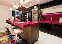 Silestone® vai ao encontro desta tendência e tem em seu leque de cores o Magenta Energy. Versátil, Magenta Energy pode ser usado em ambientes modernos e até nos românticos, como este, que combinou com a madeira de demolição na bancada. #kitchen #cozinha #selestone #magenta #pink #tendência #tendencia #outubrorosa kitchenrosa