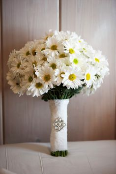 Daisy Bouquet- Reminds me of my bouquet on my wedding day. In love with Daisies Daisy Wedding Arrangements, Flower Arrangements, Wedding Flowers, Daisy Bouquet Wedding, Daisies Bouquet, Daisy Centerpieces, Tall Centerpiece, Centerpiece Wedding, Flower Bouquets