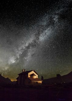 Based in Tenerife, Spain for 16 years, Florencio Barroso Meadows comes up trumps with her camera. She is specialised in landscape photography and captures Sky Full Of Stars, Stars At Night, Star Sky, Landscape Photography, Nature Photography, Illustration Example, Out Of This World, Milky Way, Great Pictures
