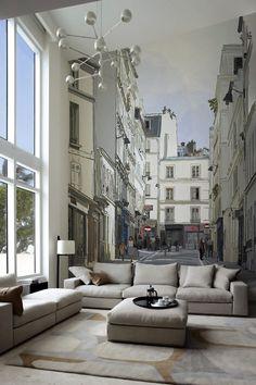 Amplio salón con un espectacular mural de pared.