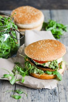 Yhteistyössä Anamma – Vegaanisella pihvillä, munakoisolla, hummuksella ja persiljapestolla täytetyt burgerit kruunaavat talven pikkujoulut ja illanistujaiset. adf.track(546989, 'Anamma1-Chocochili'); Saanko esitellä Chocochilin uuden yhteistyökumppanin Anamman ! Olen koko seuraavan vuoden mukana Blogiringin, Indiedaysin ja Anamman kampanjassa ja kokkailen herkkuja Anamman tuotteista. Jos merkki ei ole sinulle entuudestaan tuttu, Anamma valmistaa vegaanisia pakasteita, jonka laajasta…