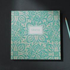 Quadratisches Gästebuch Grün Weiß geblümt im Batiklook