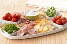 Easy Entertaining Platter-This is a fun idea to bring to a potluck or picnic. Effortless to put together and guaranteed to please, this platter is a great mix of cheeses, meat, crunchy veggies and crackers. Healthy Pasta Salad, Healthy Pastas, Healthy Cooking, Healthy Foods, A Food, Food And Drink, Easy Entertaining, Kraft Recipes, Cooking Instructions