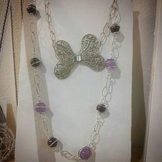 :) collana particolare con pietre ametista lavanda , perle di ceramica avvolte da filo di alluminio.... a rendere ancora più particolare .. la chiusura a forma di farfalla....