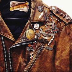 Avec son cuir usé et son accumulation de pins, ce perfecto Schott ne manque pas d'allure Bobberbrothers Mode Style, Style Me, Mode Rock, Cuir Vintage, Estilo Rock, Leather Men, Leather Jackets, Leather Jacket Patches, Vintage Leather Jacket