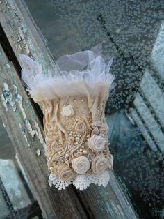 Крыло ангела. В основе браслета ткань,окрашенная отваром трав и цветов.Заложенные складки создают необычную фактуру.Очень нежный,изящный и несомненно индивидуальный.(Пересылка только по России,цена указана с учетом…