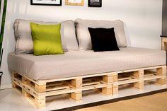 Altura de dois paletes, colchão de solteiro para a base e almofadas grandes para o encosto