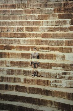 Liu Bolin, Hide in the City Liu Bolin, Illusion, Master Of Fine Arts, Amazing Street Art, Bachelor Of Fine Arts, Environmental Art, Brick Wall, Illustrations, Sculpture
