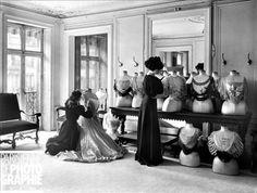 Preparation of blouses et Worth. Paris, on 1907. © Jacques Boyer / Roger-Viollet