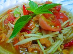 SOM TUM- Thai Salad What you will need Four cups grated raw papaya ½ cup grated carrot ½ cup grated cucumber ½ cup roasted and crushed peanuts Four Healthy Diet Recipes, Thai Recipes, Salad Recipes, Healthy Eating, Jello Recipes, Healthy Tips, Thai Green Papaya Salad, Med Diet, Thai Dishes