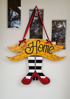 There's No Place like Home door hang, Wizard of Oz Inspired - Etsy - Dekoration Wizard Of Oz Wreath, Wizard Of Oz Decor, Slytherin, Holiday Crafts, Holiday Decor, Fall Crafts, Wood Crafts, Diy Crafts, Wooden Door Hangers