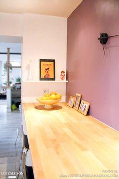 Un coin pour le petit-déjeuner dans la cuisine, avec une grande table moderne en bois pour toute la famille.