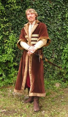 Brown Hungarian clothing       from the 6th century consists of brocade inner coat (next page) and of velvet fur-trimmed upper coat.