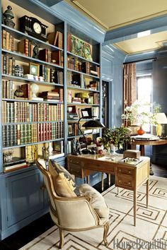 Perfect Love the color of the room, the library shelves and the small writing desk! Stylish Spin on Traditional The post Love the color of the room, the library shelves and the small writing desk! Sty… appeared first on Decor Designs . Home Library Design, House Design, Library Ideas, Design Design, Home Library Decor, Cozy Library, Study Design, Design Trends, Manhattan Apartment