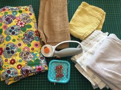 How To Make Unsponges - Zero Waste Dish Scrubbers are a great upcycling way to use fabric scraps & stop using plastic sponges. Here's how to make yours. Crafts To Make And Sell, How To Make Clothes, Cotton Quilting Fabric, Fabric Scraps, Cloth Paper Towels, Skull Fabric, Sewing Stitches, Diy Recycle, Upcycled Crafts