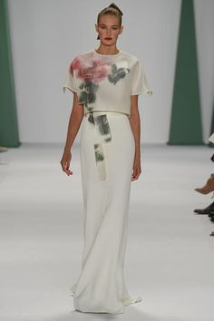 Carolina Herrera gown New York Fashion Week SS'15.  Hablo en mi blog del significado de la descomposición digital de la flor en House of Herrera. https://thethunnder.wordpress.com/2015/04/10/digitalizar-la-flora-de-haraway-a-carolina-herrera/ rtw pret-a-porter moda estampados pattern cat walk donna haraway feminidad blanco vestido