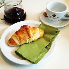 Enjoying a little breakfast with a fresh brewed organic coffee.  #coffee #latteart #breakfast #croissant #organic #enjoying #life #wiesbaden #kaufmannswiesbaden #kaffee #glücklich #leben