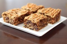 Replace brown sugar with honey, maple syrup or dates. These peanut butter oat bars are thick, chewy and so delicious. Like Peanut Butter + Oatmeal Raisin Clif Bars only WAY better. Peanut Butter Oat Bars, Peanut Butter Dessert Recipes, Snack Recipes, Bar Recipes, Dairy Free Snacks, Dairy Free Recipes, Gluten Free, Vegan Treats, Sin Gluten