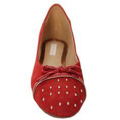 Sapatilha Cravejada Nobuck Vermelho - Mezzo Punto  Sapatilha em couro nobuck vermelho.  Laço em couro verniz vermelho.  Cabedal pespontado em cravejado em metais com formato xadrez.  Solado de borracha.  A Mezzo Punto é uma marca de calçados femininos de altíssima qualidade e sofisticação. Sua linha é ideal para gestantes e recém mamães, pois os sapatos são produzidos com couros e materiais extremamente flexíveis para poder calçar confortavelmente os pés das gestantes e das mamães
