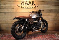 Leather saddle Classic for Moto Guzzi More flat than the original seat, its vintage look that perfectly fits for a cafe racer, scrambler, or bobber motorcycle. Ducati Scrambler, Scrambler Motorcycle, Moto Bike, Motorcross Bike, Scrambler Custom, Cb750, Bobber, Yamaha, Vintage Motorcycles