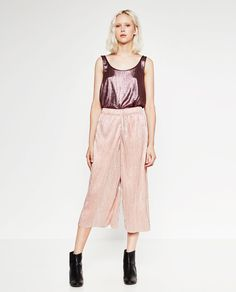 Immagine 1 di PANTALONI CROPPED LUCIDI di Zara