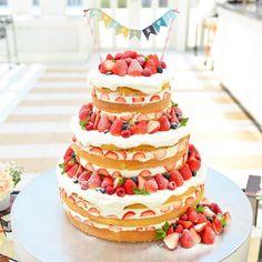 お洒落で可愛いネイキッドケーキのデザインまとめ|ウェディングケーキ | marry[マリー] Cakes To Make, How To Make Cake, Burlap Wedding Arch, Wedding Cake Rustic, Wedding Cakes, Red Velvet Wedding Cake, Big Cakes, Cute Desserts, Cake Toppers