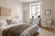 6 Beige Bedrooms That Are Far From Boring Scandinavian inspired beige bedroom with wood flooring and white trim Source by nicbruy. Beige Walls Bedroom, Bedroom Wood Floor, Beige Room, Bedroom Wall, Beige Bedrooms, Stylish Bedroom, Modern Bedroom, Small Apartment Bedrooms, Home Decor Bedroom