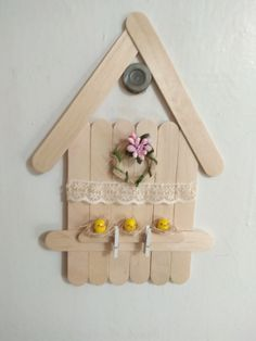 Learn how to make Easy Christmas Crafts for Kids with these amazing Popsicle Stick Christmas Ornaments. Ice Lolly Stick Crafts, Popsicle Stick Christmas Crafts, Easy Christmas Ornaments, Popsicle Crafts, Christmas Crafts For Kids To Make, Popsicle Sticks, Simple Christmas, Felt Christmas, Christmas Decorations