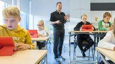 Arto Kortelainen käyttää digitekniikkaa opetuksessa päivittäin. Nyt hän on suunnittelemassa Liedon kouluille yhteistä digipassia, jossa on askelmerkit digitaitojen opetteluun. Kotiläksyjä tarkistamssa Oliver Kinnala (vas.), Emilia Biskop, Axel Lindström, ja Onni Launis.