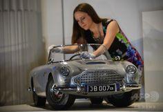 ロンドン(London)のバッキンガム宮殿(Buckingham Palace)で展示された、英自動車メーカーのアストンマーチン(Aston Martin)社が1965年にアンドルー王子(Prince Andrew)へ贈ったボンドカー「アストンマーチン DB5」のミニチュア(2014年7月24日撮影)。(c)AFP/CARL COURT ▼25Jul2014AFP|英王室メンバーの子ども時代を振り返る展覧会、バッキンガム宮殿 http://www.afpbb.com/articles/-/3021539