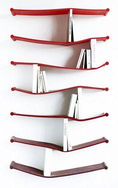 本棚の素材として考えもしないゴムという素材を使うことによってユニークな作品に仕上がっています。
