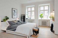 Pampigt sovrum med två fönster i fullhöjd