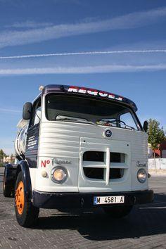 El Pegaso Comet movilizó el transporte ligero español en los años 60 y 70. Truck Scales, Old School Cars, Jeep, Transportation, 1, Trucks, Vehicles, Spanish, Garage