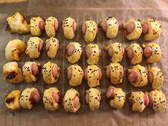 Würstchen im Schlafrock Finger Food Appetizers, Finger Foods, Appetizer Recipes, Salad Recipes, Snack Box, Snacks Für Party, Sauce, Diy Food, Holiday Recipes