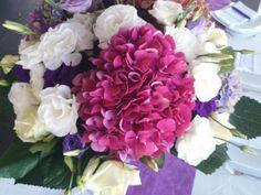 hortensias-fushia-mariage Bouquets, Floral Wreath, Wreaths, Home Decor, Hydrangeas, Floral Crown, Decoration Home, Bouquet, Door Wreaths