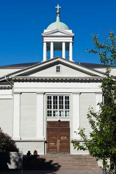 Catedral de Helsinque, Finlândia. Projetada por Johann Carl Ludwig Engel (1778 - 1840), que supervisionou sua construção entre 1824-1826. Este é o edifício da Igreja Velha de Helsínque em Kamppi.  Fotografia: Addison Godel no Flickr.