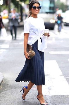 navy blue pleated skirt, stiletto heel sandals, woman party wear, casual chic woman, white blouse rolled up front with short sleeves Source by archzinefr Office Outfits Women, Mode Outfits, Casual Outfits, Fashion Outfits, Heels Outfits, Fashion Clothes, Casual Shoes, Skirt Fashion, Ladies Outfits