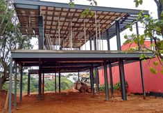 Obras residênciais realizadas em estrutura metálica. Residências Urbanas, casas de campo e outros. Tyni House, Pole House, House Roof, Steel Frame House, Steel House, Dream House Plans, Small House Plans, Steel Framing, Small Beach Houses