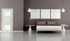 Camera Toni Grigi La parete color grigio-tortora, si abbina bene al colore marrone scuro dei cuscini. Il design moderno dei lampadari dona un tocco di originalità alla stanza.