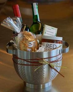 Spaghetti dinner housewarming gift…love using the colander as a basket! Spaghetti dinner housewarming gift…love using the colander as a basket! Food Gifts, Craft Gifts, Diy Gifts, Housewarming Party, Housewarming Basket, Creative Gifts, Unique Gifts, Cute Gifts, Best Gifts
