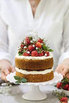 Strawberry Almond Flour Cake Recipe: Celebrate strawberry season with this gluten-free and maple-sweetened strawberry almond flour cake that is flavored with mascarpone whipped cream. Party and shower dessert ideas. Almond Flour Cakes, Cake Flour, Coconut Cakes, Lemon Cakes, Cupcakes, Cupcake Cakes, Bolo Nacked, Nake Cake, Fresh Strawberry Cake