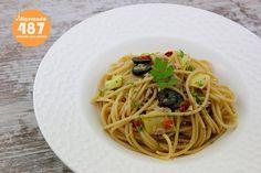 Calorías: 487. Tiempo de preparación: 10 minutos. Ingredientes (2 personas): 180 g. de espaguetis integrales, 120 g. de atún al natural en conserva, 100 g. de corazones de alcachofa en conserva, 20 g. de tomates secos, 25 g. de aceitunas negras sin hueso, 1 cucharada de aceite de oliva, perejil, 1 lima y sal.