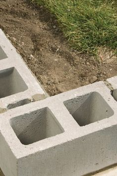 How to Build a Concrete Wall for Your Own Private Backyard Retreat Concrete Building Blocks, Building A Brick Wall, Building A Retaining Wall, Concrete Block Walls, Cinder Block Walls, Cinderblock Fence, Small Retaining Wall, Backyard Retaining Walls, Concrete Retaining Walls