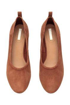 Sapatos salto alto em camurça: QUALIDADE PREMIUM. Sapatos de salto alto em camurça com biqueira redonda, salto grosso forrado e alça atrás. Forro e palmilhas em pele. Solas de borracha. Salto de 3 cm.