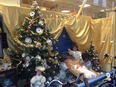 Kerstboom versierd met servies, etalage SOS kringloopwinkel Den Bosch.