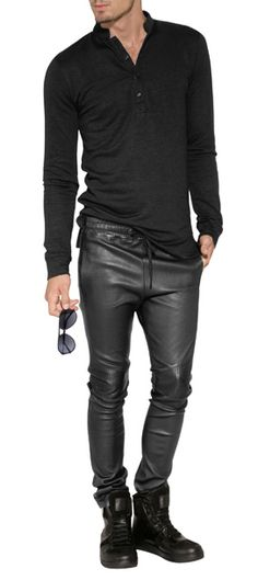 Cashemire Cardigan. Leather ultra fit pants. Boots and Ray Ban aviator. Black total look.