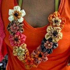 Sombra crema, marrón y naranja de flores de tafetán de seda con cinta de…