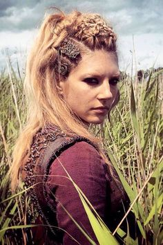 Katheryn Winnick as Lagertha Katheryn Winnick Vikings, Viking Braids, Viking Hair, Vikings Tv Series, Vikings Tv Show, Lagertha Hair, Lagertha Costume, Lagertha Lothbrok, Vikings Season 4