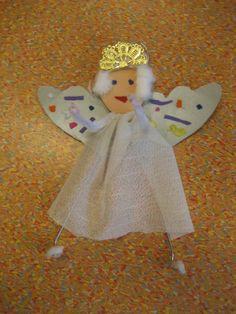 Kerstengel van een ijzeren kleerhanger